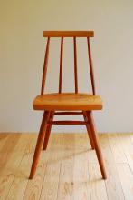 このコーディネートシーンで使われているアイテム画像(木組みの小椅子)