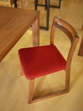 このコーディネートシーンで使われているアイテム画像(ウォールナットの椅子)